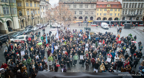 Protests outside the Czech Parliament in February (c) Hnutí DUHA