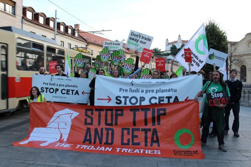 Protester mot CETA. Bild: Friends of the Earth Europe.